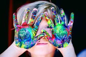 Leiderschap-is-net-ouderschap-kind-met-vieze-handen