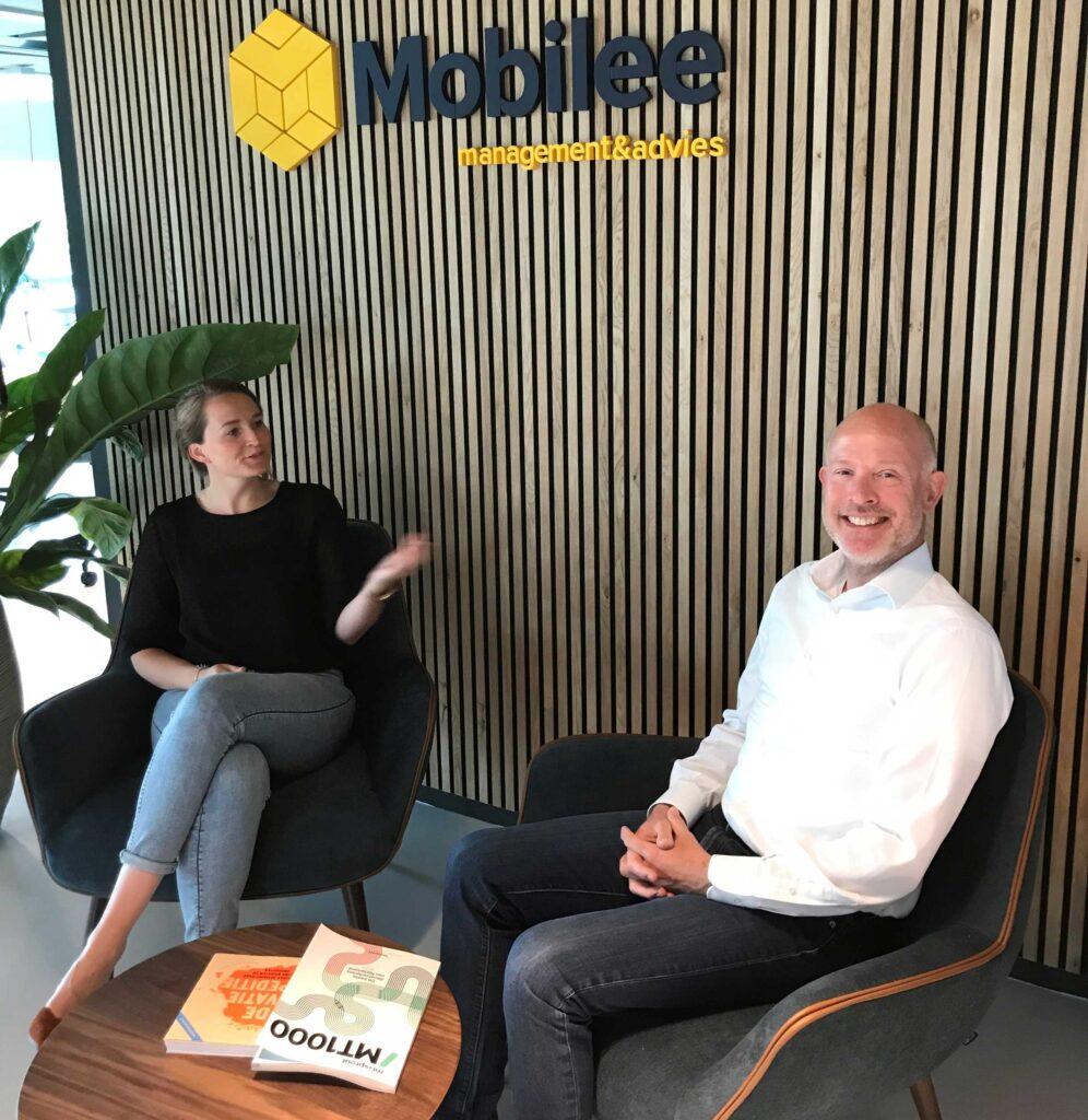 Consultant Richard Groen samen met Rianne werkzaam bij Mobilee achter laptop