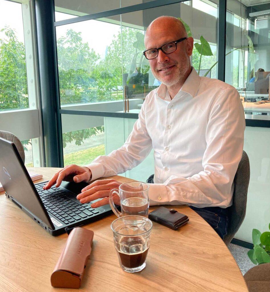Consultant Richard Groen werkzaam bij Mobilee achter laptop